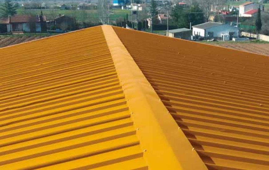 Panel sandwich de cubierta amarillo instalado en un tejado