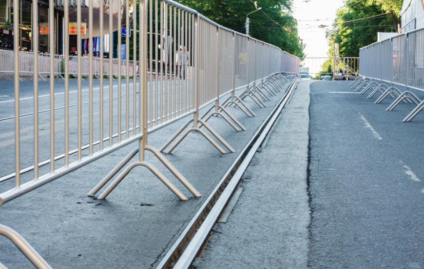 Instalación de vallas peatonales en exterior
